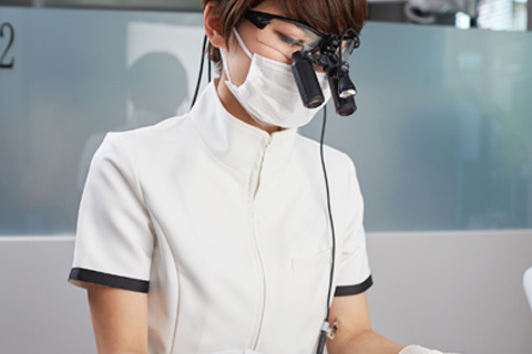 診療のご案内のイメージ画像。おがた歯科副院長が施術している