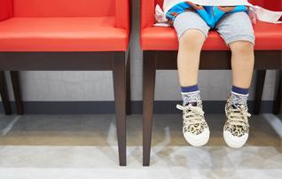 施術メニュー「子どもクリニック」のイメージ画像。子どもがキッズスペースで遊んでいる