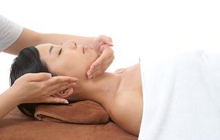 施術メニュー「アンチエイジング歯科・デンタルエステ」のイメージ画像。横になった女性にエステ施術をしているシーン