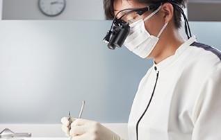 施術メニュー「インプラント」のイメージ画像。おがた歯科院長が施術している