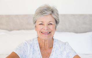 施術メニュー「ホッとトリートメント」のイメージ画像。歯並びの良い年配の女性が微笑んでいる