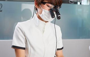 施術メニュー「歯を守ろうプロジェクト」のイメージ画像。おがた歯科院長が施術している