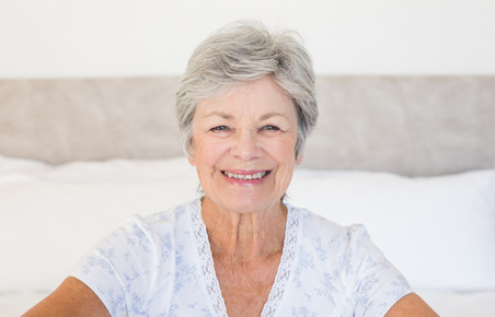 御年配者様とお身体がご不自由な方へ通院&受診サポートサービスホっとトリートメントのイメージ画像。歯並びの良い年配の女性が微笑んでいる