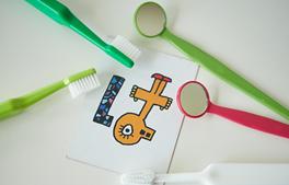小児カウンセリングの流れ「5.トレーニング レントゲン撮影」のイメージ画像。歯ブラシや口の中を見るためのミラー