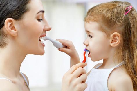 キッズクラブのイメージ画像。親子が向き合って歯を磨いている