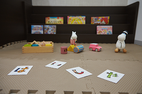 託児システムのイメージ画像。キッズスペースにおもちゃを広げている