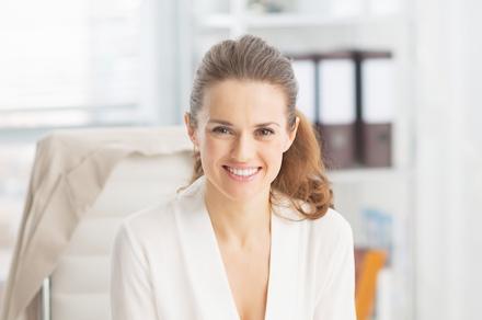 審美歯科メニューのイメージ画像1 歯並びの良い若い女性が微笑んでいる
