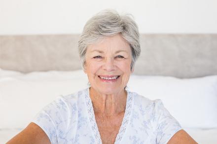 おがた歯科 アンチエイジング歯科・デンタルエステ 年配の方向けメニューのイメージ画像。歯並びの良い年配の女性が微笑んでいる