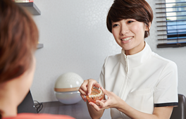 リラクシングリートメント(歯科恐怖症治療)の流れ「3.個室にてカウンセリング」のイメージ画像。おがた歯科副院長がカウンセリングをしている