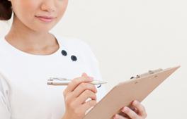 リラクシングリートメント(歯科恐怖症治療)の流れ「5.次回治療の精度アップが目的のヒアリングアンケート」のイメージ画像。スタッフがヒアリングをしている