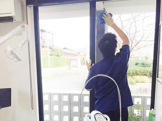 スタッフが窓を拭いている画像