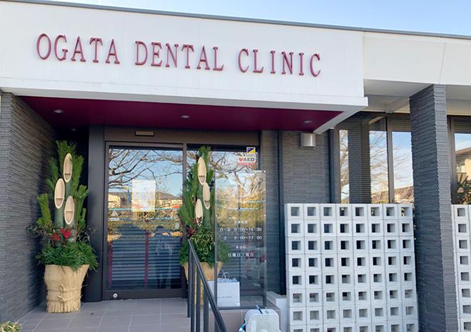 おがた歯科のエントランスに門松が飾られている写真