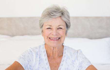 笑顔の御年配の女性