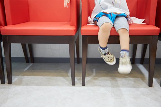 おがた歯科のロビーに子供が座っている写真