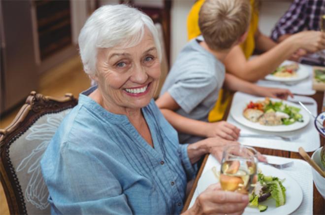 食事する女性の写真
